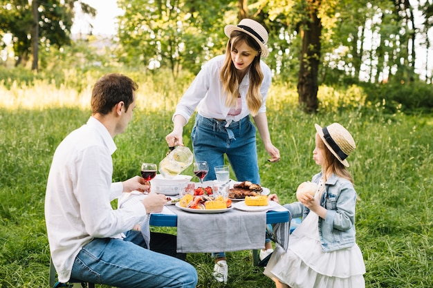 Famiglia facendo un barbecue in natura