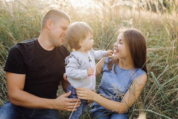 Famiglia felice all'aperto trascorrere del tempo insieme