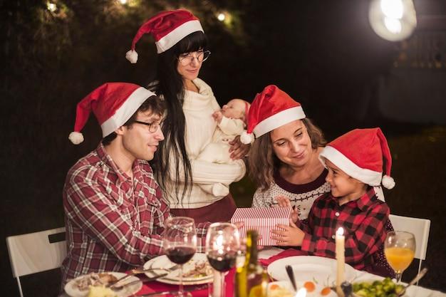 Famiglia felice alla cena di natale