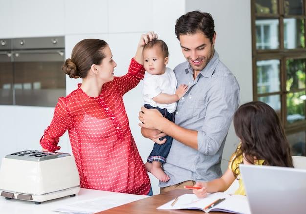 Famiglia felice alla scrivania