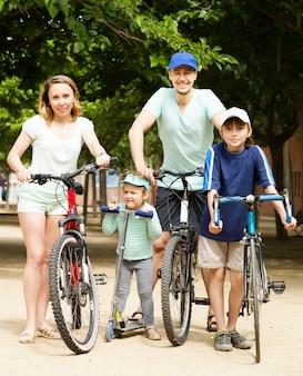 Famiglia felice attiva con all'aperto