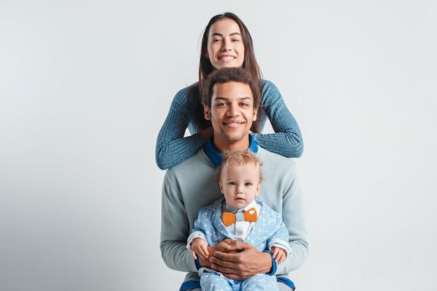 Famiglia felice che abbraccia