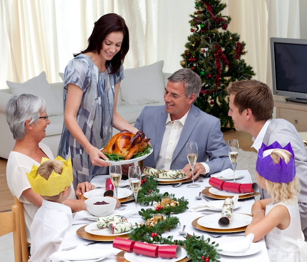 Famiglia felice che celebra la cena di natale con la turchia
