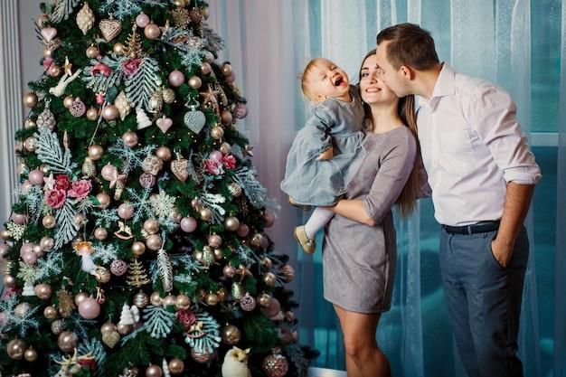 Famiglia felice che celebra le vacanze invernali a casa