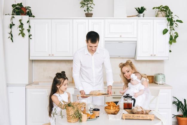 Famiglia felice che cucina insieme nella cucina