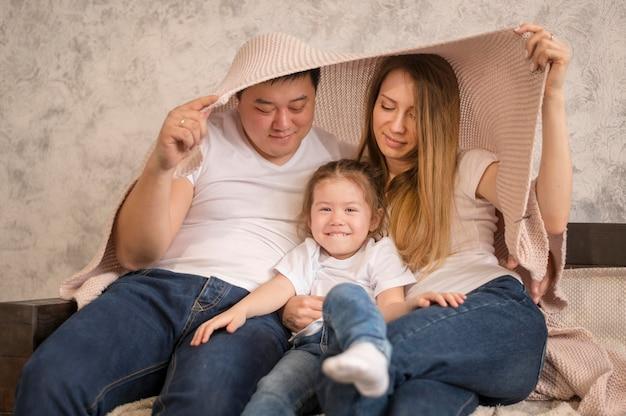 Famiglia felice che gioca