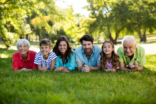 Famiglia felice che gode nel parco