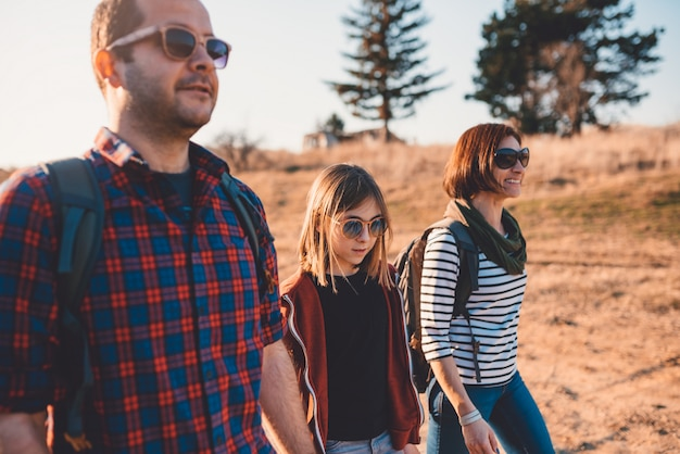Famiglia felice che gode nella gita in montagna