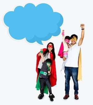 Famiglia felice che indossa i costumi di supereroi