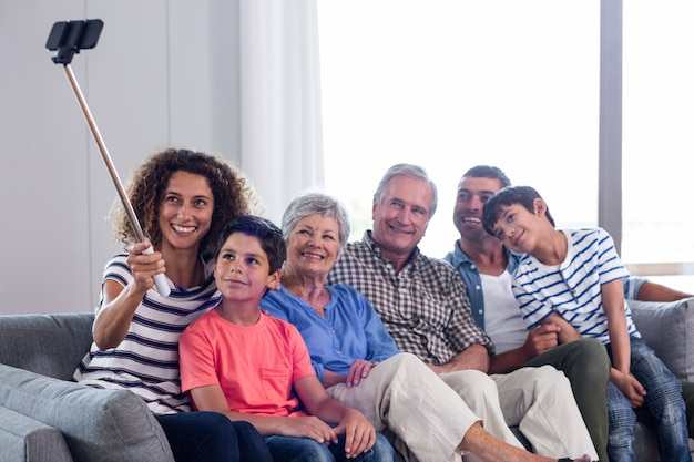 Famiglia felice che prende un selfie in salone