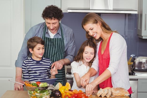 Famiglia felice che prepara un'insalata di verdure