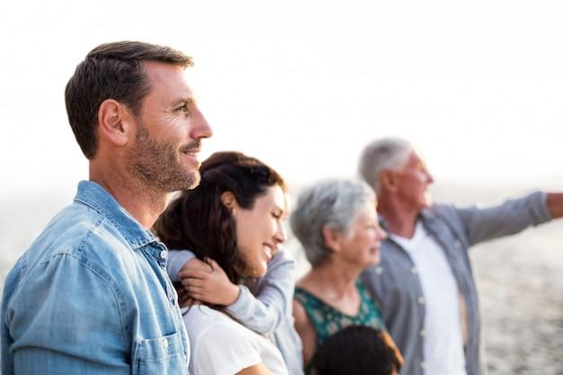 Famiglia felice che propone alla spiaggia