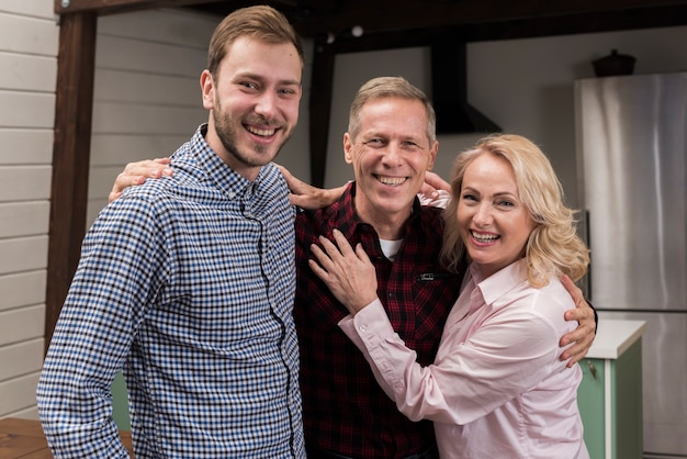 Famiglia felice che propone insieme nella cucina