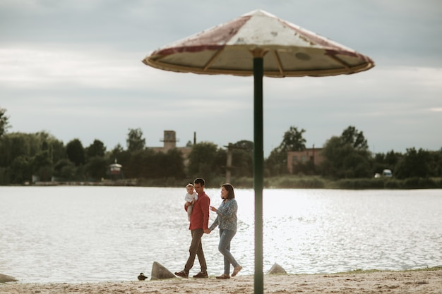 Famiglia felice che riposa in riva al lago