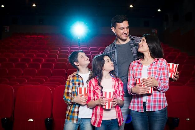 Famiglia felice che si siede nel cinema