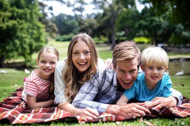 Famiglia felice che si trova nel parco