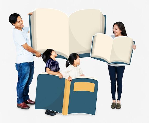 Famiglia felice che sostiene libri