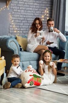 Famiglia felice che tiene il regalo di natale