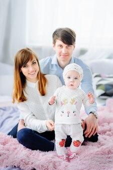 Famiglia felice con bambini in camera da letto