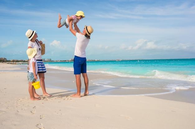 Famiglia felice con due bambini in vacanza estiva