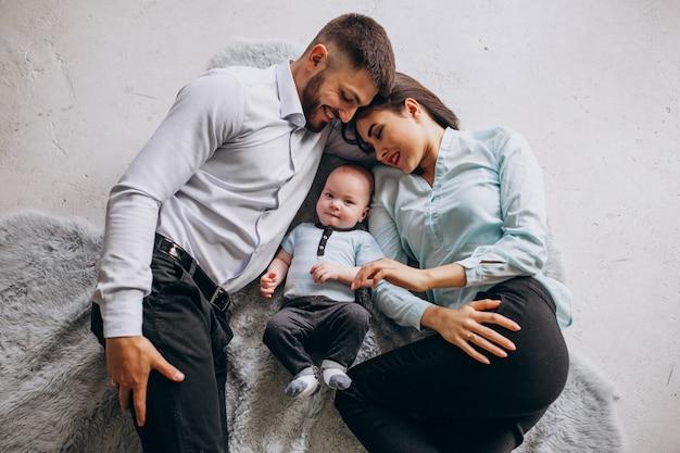 Famiglia felice con il loro primo figlio