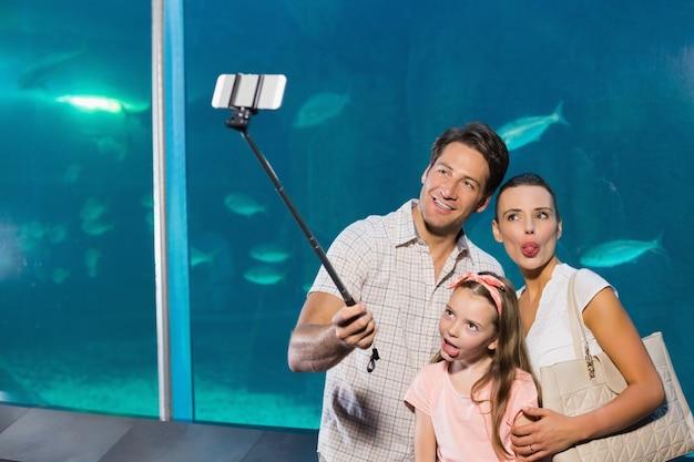 Famiglia felice con selfie stick