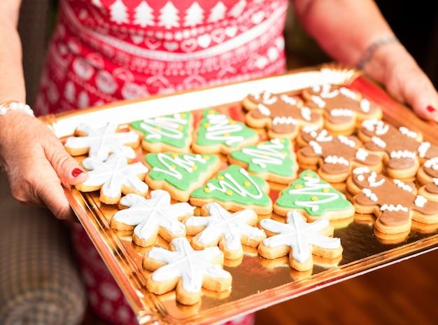 Famiglia felice con un vassoio di biscotti di natale