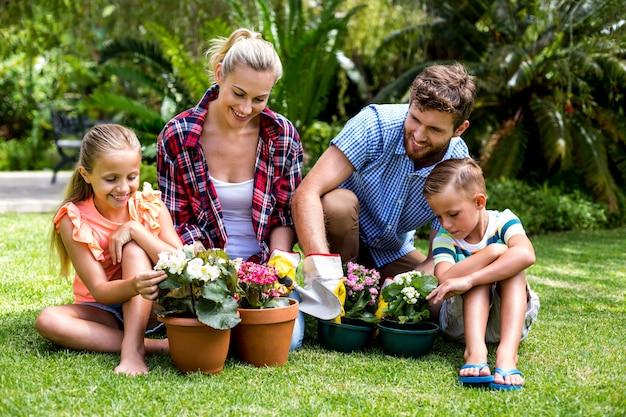 Famiglia felice con vasi di fiori in cantiere