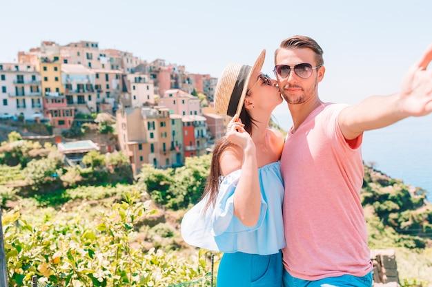 Famiglia felice con vista sul vecchio villaggio europeo nelle cinque terre