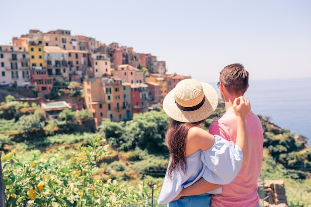 Famiglia felice con vista sulla vecchia città costiera di vernazza, parco nazionale delle cinque terre, liguria, italia