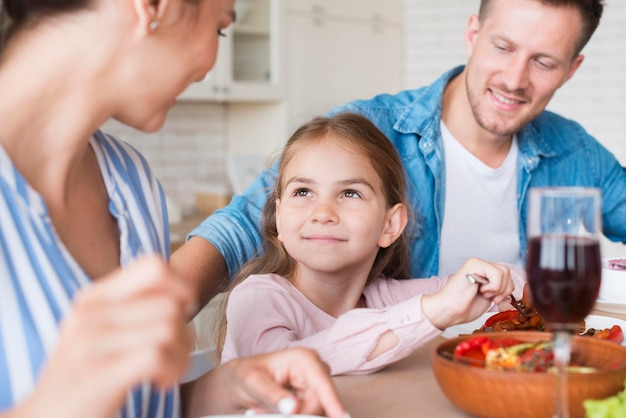 Famiglia felice del primo piano a casa