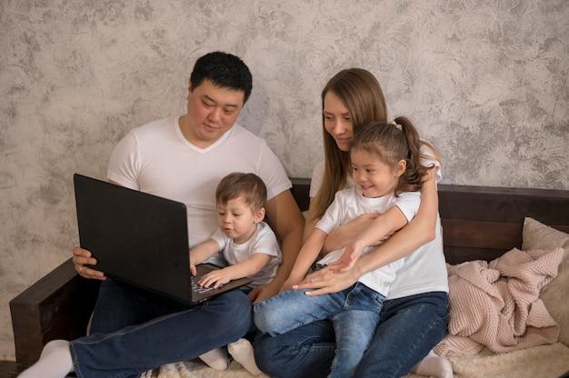 Famiglia felice di alto angolo