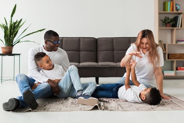 Famiglia felice divertirsi insieme