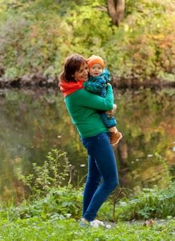 Famiglia felice divertirsi nel parco d'autunno