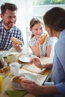 Famiglia felice facendo colazione