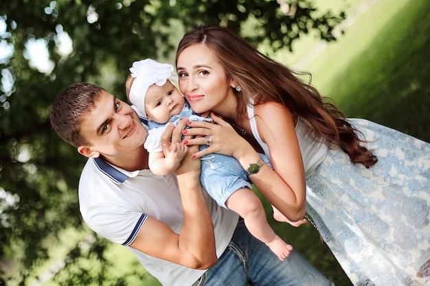 Famiglia felice. genitori sorridenti con bambino carino.