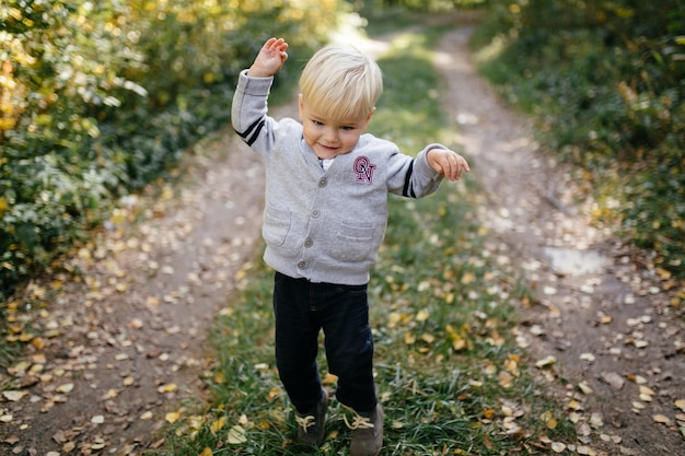 Famiglia felice giocando e ridendo nel parco in autunno