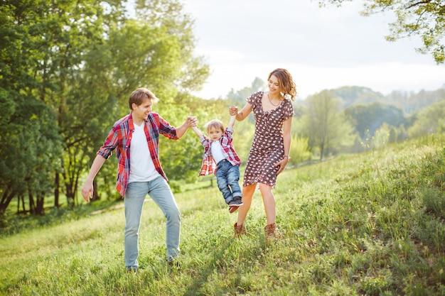 Famiglia felice giocando sulla natura