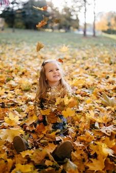 Famiglia felice in autunno a piedi