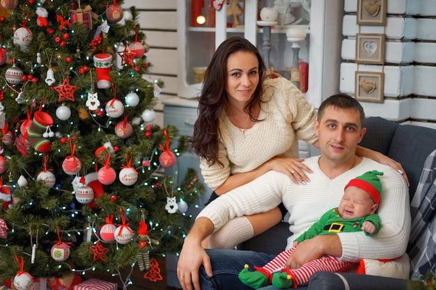 Famiglia felice in decorazioni natalizie