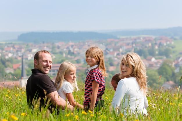 Famiglia felice in estate all'aperto