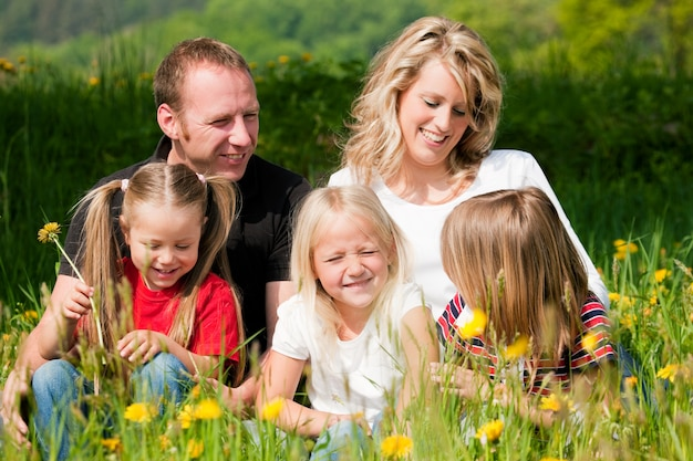 Famiglia felice in estate