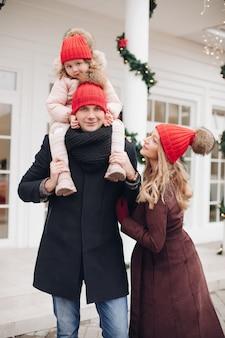 Famiglia felice in posa all'aperto