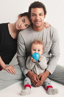 Famiglia felice in posa