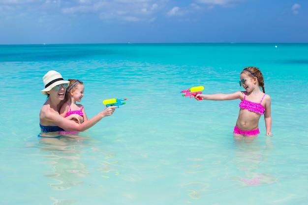 Famiglia felice in spiaggia tropicale divertendosi