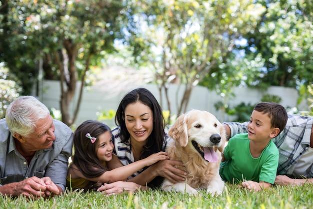 Famiglia felice in un parco