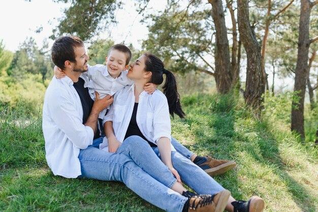 Famiglia felice mamma papà e figlio felici nella natura che trascorrono del tempo insieme