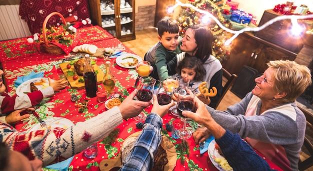 Famiglia felice multi generazione divertendosi alla festa di cena di natale