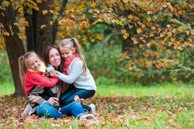 Famiglia felice nel parco di autunno all'aperto