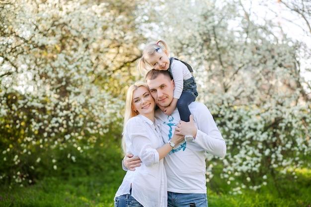 Famiglia felice nel parco